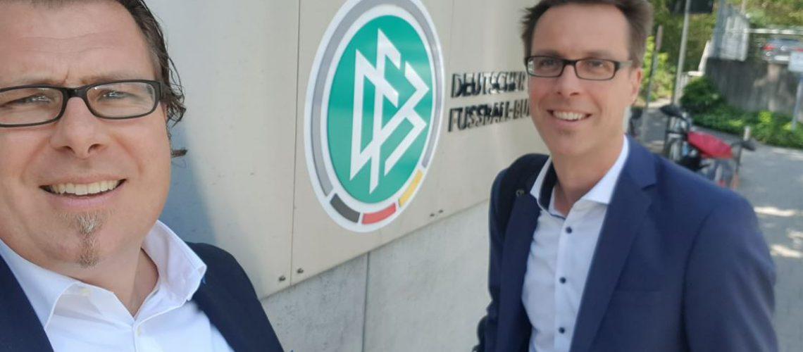 Berater Carsten Effert von rosenbaum nagy vor DFB Gebäude