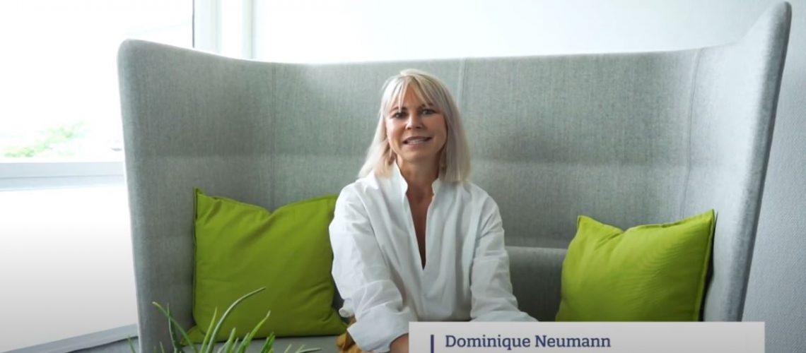 Senior Beraterin Dominique Neumann auf einem Sofa im Gespräch